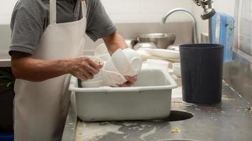 uomo che lava i piatti foto