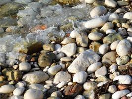 rocce vicino alla riva foto