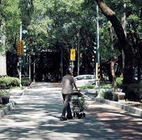 taipei, taiwan, 2020 - donna che cammina con un passeggino foto