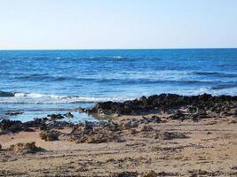 acqua blu vicino alla spiaggia foto