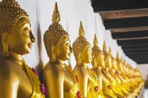 samphao lom, thailandia, 2020 - fila di statue di buddha