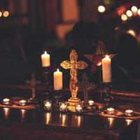 croce circondata da candele foto