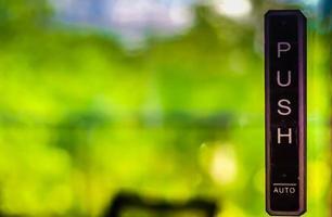 porta in vetro con sfondo verde foto