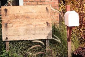 tavola di legno e una cassetta delle lettere foto