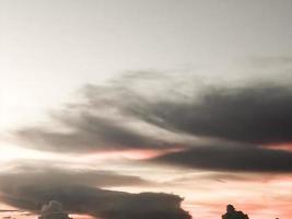 polvere nel cielo che diventa tonalità di arancione bella creatura della natura sullo sfondo foto