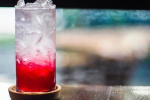 succo rosso in un bicchiere foto