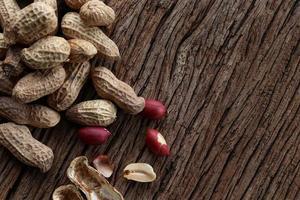 arachidi su uno sfondo di legno. vista dall'alto.