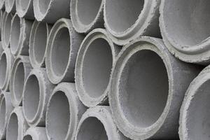 tubi di cemento per il sistema idrico della costruzione. foto