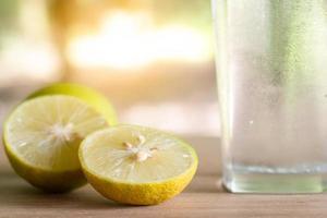 limone fresco soda in un bicchiere con fette di limone. succo di limone soda. foto