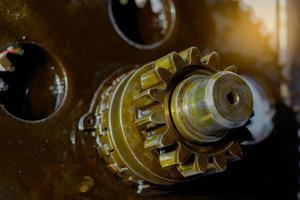 primo piano del trattore a ingranaggi del motore interno. motocoltivatore motore.