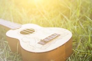 chitarra con la luce solare foto