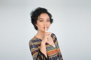 giovane donna fa il gesto silenzioso su sfondo bianco