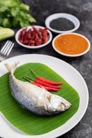 pesce sgombro con spaghetti di riso e verdure foto