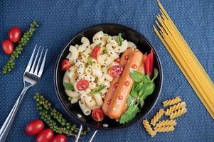 maccheroni fritti e salsiccia in padella foto