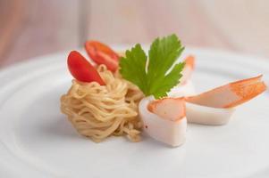 spaghetti istantanei saltati in padella con gamberi e granchi foto