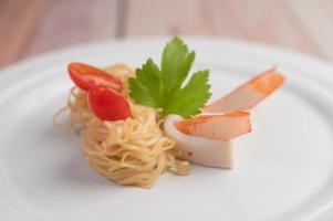 spaghetti istantanei saltati in padella con gamberi e granchio