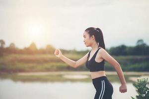 un giovane corridore femminile felice fare jogging all'aperto foto