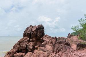 rocce in riva al mare in thailandia