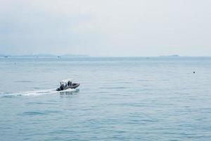 motoscafo sul mare foto