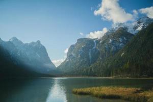 montagna con lago e cielo nuvoloso foto