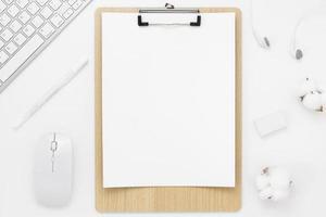 vista dall'alto del tavolo scrivania da ufficio minima con forniture per ufficio e tazza di caffè su un tavolo bianco con spazio di copia, composizione sul posto di lavoro di colore bianco, disposizione piatta foto
