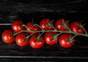 vista dall'alto di pomodori su fondo in legno foto