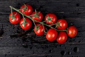 vista dall'alto di pomodori su uno sfondo di legno scuro foto