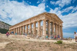 turisti all'antico monumento greco foto