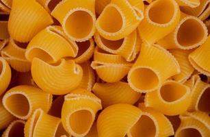 vista dall'alto di pipe-rigate pasta come sfondo foto