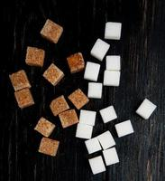 vista dall'alto di cubetti di zucchero bianco e di canna