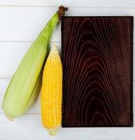 vista dall'alto di pannocchie di mais con vassoio su sfondo di legno