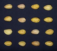 vista dall'alto di pistacchi isolati su uno sfondo nero foto