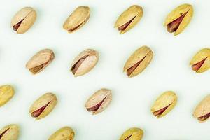 pistacchi isolati su uno sfondo bianco