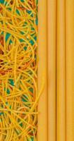 vista dall'alto di macaroni come spaghetti e bucatini su sfondo blu