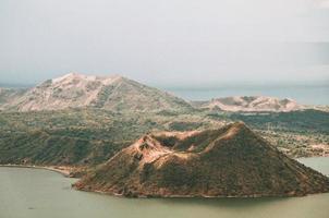 foto delle montagne vicino all'oceano