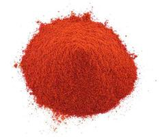 mucchio di polvere di peperoncino rosso su sfondo bianco