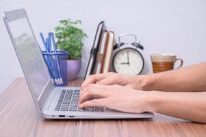 mani di una persona che utilizza un computer portatile