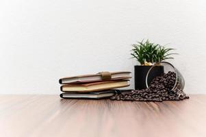 quaderni e chicchi di caffè sulla scrivania foto