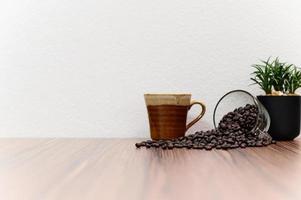 chicchi di caffè sulla scrivania foto