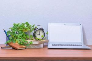 laptop sulla scrivania in ufficio