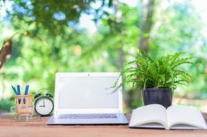 computer portatile sulla scrivania foto