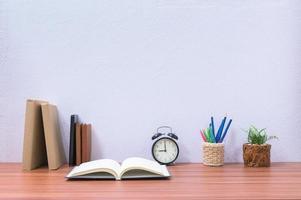 libri e cancelleria sulla scrivania foto