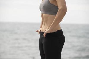 donna che esercita vicino al mare
