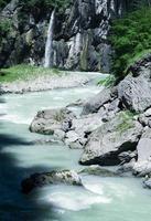 fiume blu nella foresta