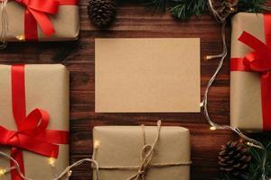 modello di mockup di biglietto di auguri di buon natale con decorazioni regalo di natale