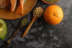legumi, frutta e pezzi di salmone