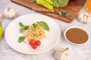 spaghetti al pomodoro, coriandolo e basilico