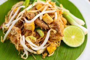 pad thai piatto su una foglia di banana foto