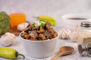 kuay jab in una tazza con polpette di carne di maiale