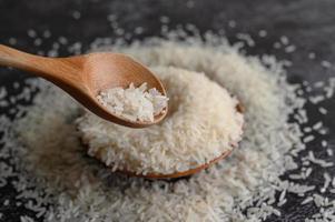primo piano di riso lavorato in ciotole